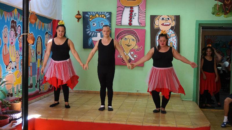 viajar y ayudar: Bailando para el público