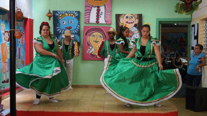 viajar y ayudar: los alumnos del taller Grabadown bailando
