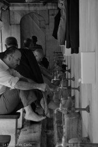 Hombres lavándose los pies para entrar a la Mezquita Azul a rezar