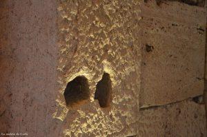 Pared llena de agujeros en el Coliseo Romano