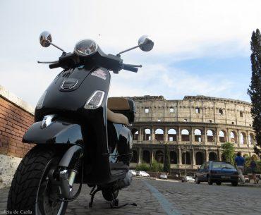 Alquilar una moto en Roma: moto en el Coliseo