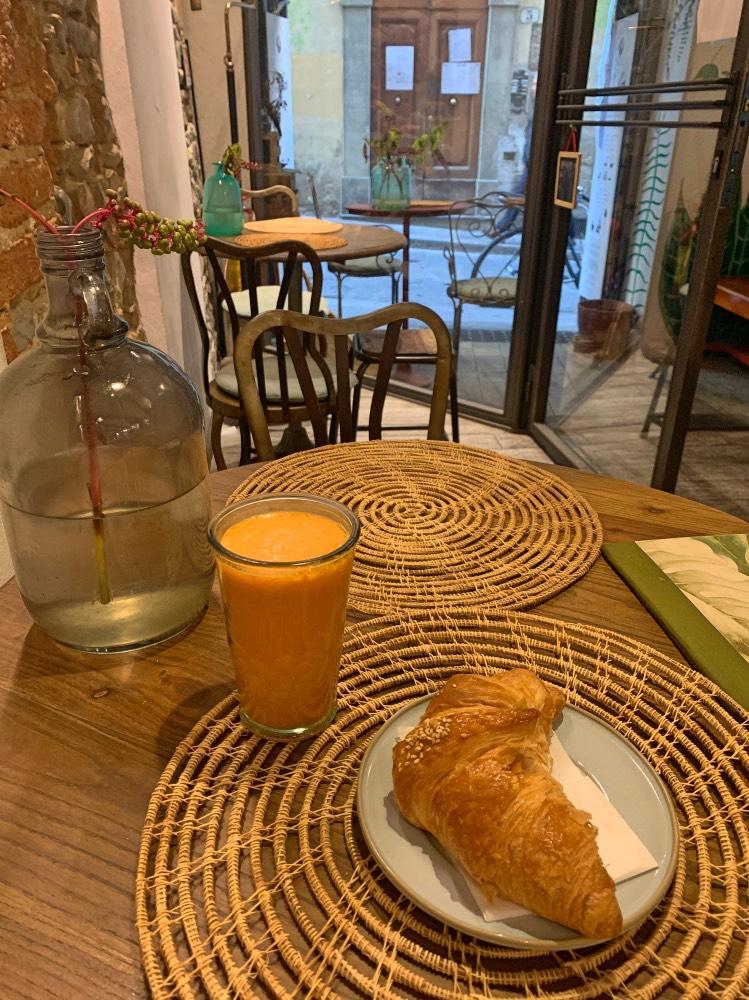 Dónde comer en Florencia bien y barato: desayuno croissant y zumo