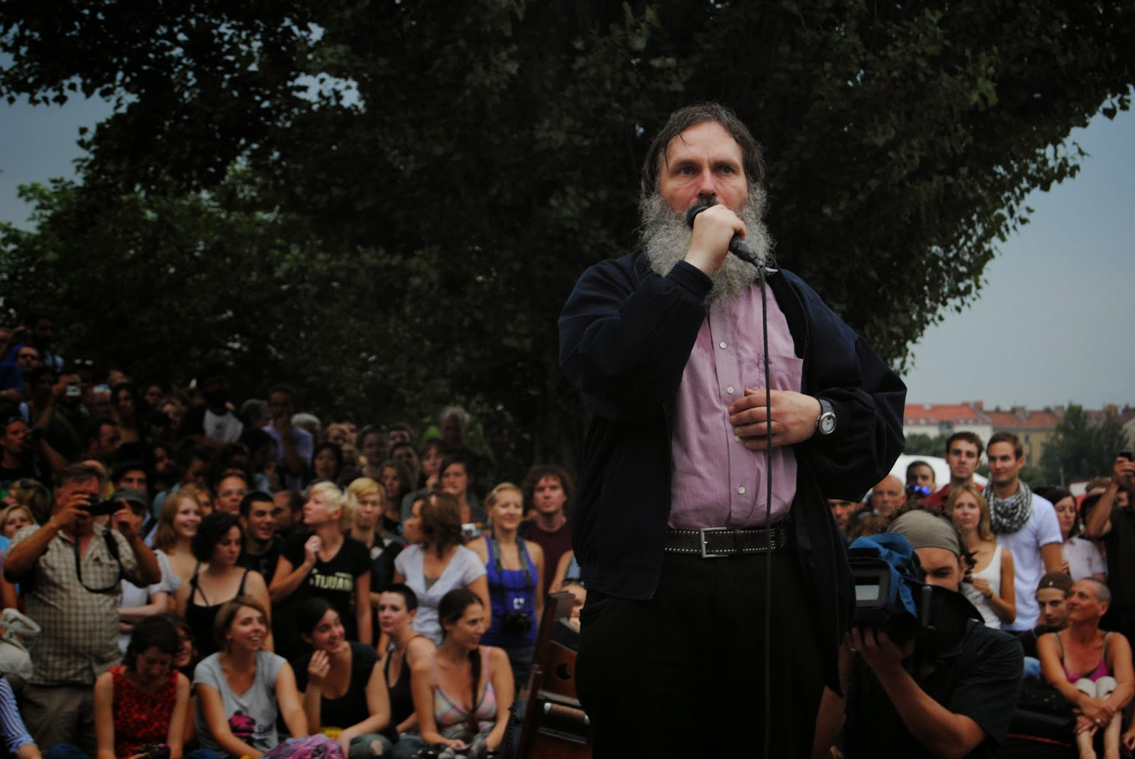 Señor cantando en el Karaoke de Mauerpark