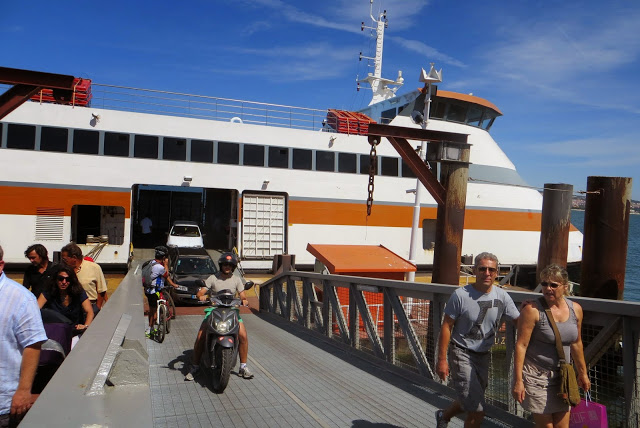 Adrián saliendo del ferry con la moto para ir a la Costa da Caparica