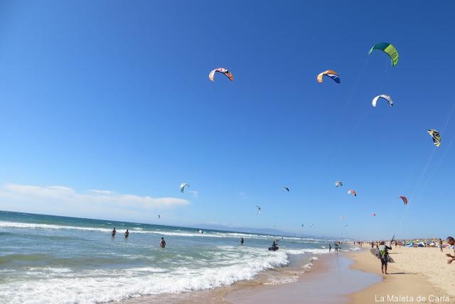 Playa y cometas de kite surf en la Costa da Caparica
