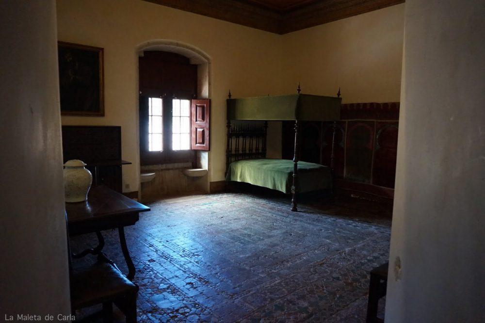 la habitación de Alfonso VI, muy austera con una cama individual con cobertor color verde