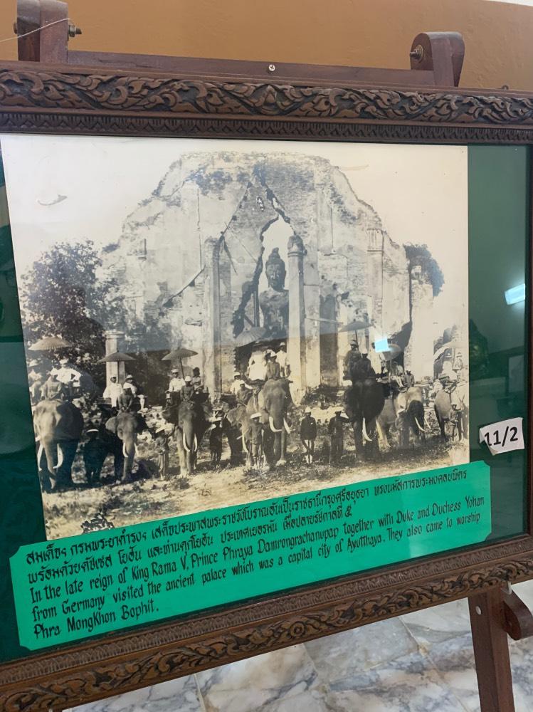 Imagen antigua en la que se ve el templo en ruinas y personas subidas a lomos de elefantes