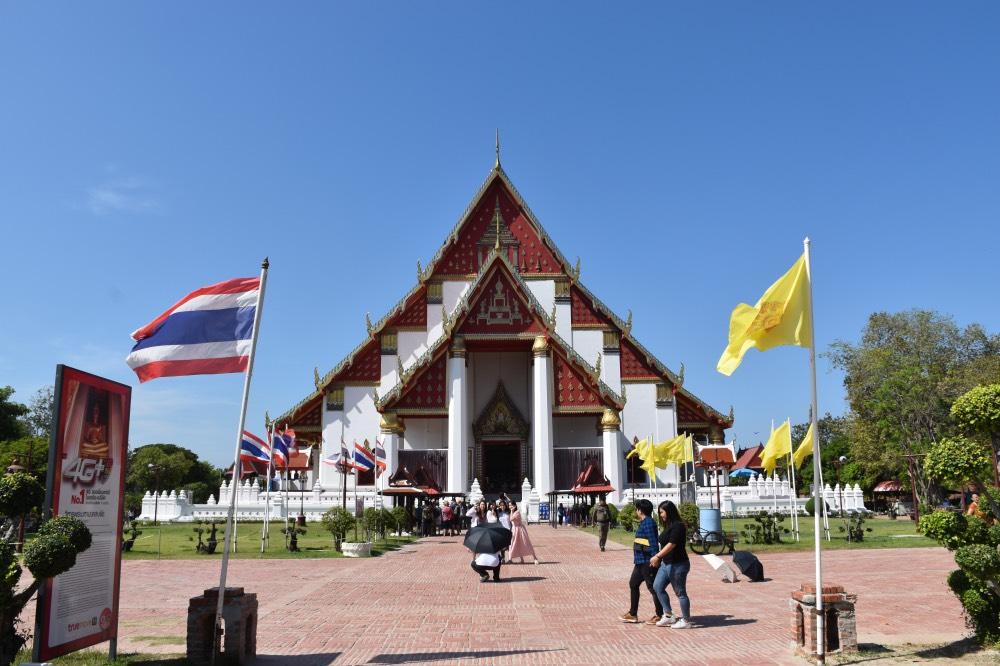Un día en Ayutthaya: Templo con tejado triangular en color rojo y blanco.