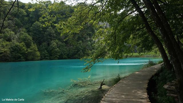 Aguas azules y cristalinas en el Parque Nacional de los Lagos de Plitvice
