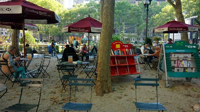 Una sala de lectura al aire libre en Bryant Park