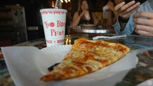 Dónde comer en Nueva York: silce de pizza en Two boots