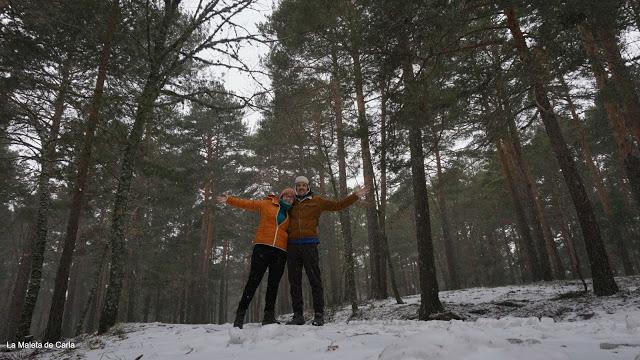 Adrián y yo abrazados entre árboles y nieve