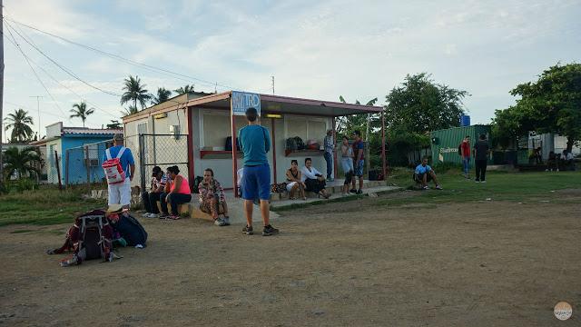 Cómo moverse por Cuba - esperando al autobús