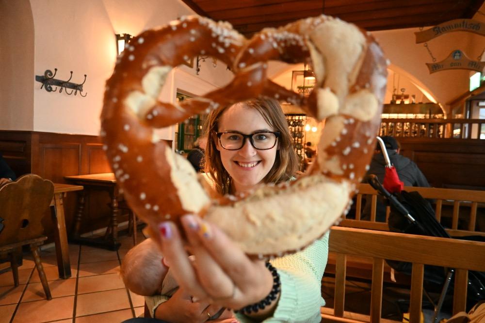 Yo y mi brezel, un lazo de pan salado típico en Alemania