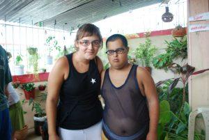 viajar y ayudar: junto a uno de los alumnos del taller