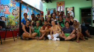 viajar y ayudar: foto de grupo en el nuevo taller