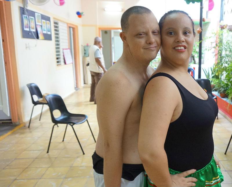viajar y ayudar: Noel y Liana en el taller Grabadown