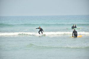 Hacer surf en Galicia - El Becario haciendo surf