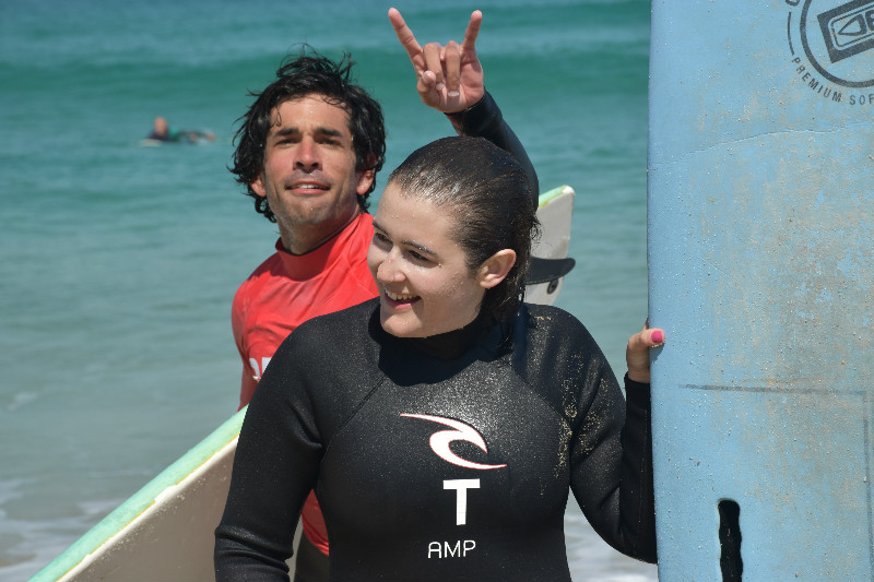 Hacer surf en Galicia - Monitor haciéndome burla en una foto