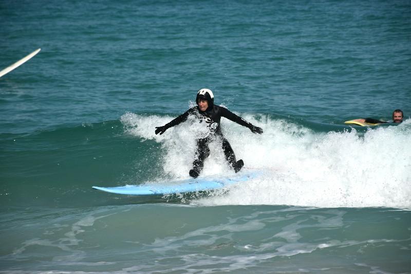 Hacer surf en Galicia - Kate sentada en una ola