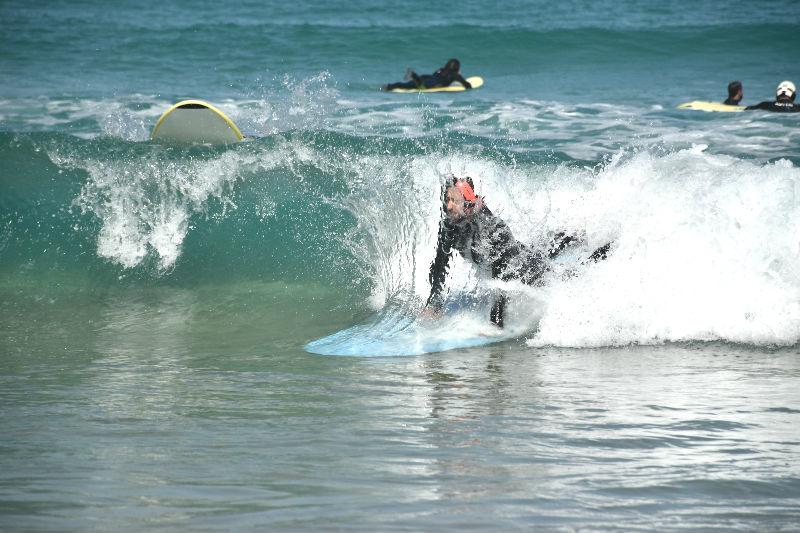Hacer surf en Galicia - El Becario recibe un guantazo del mar