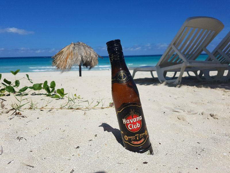 Varadero para mochileros: tomando Havana Club en la playa