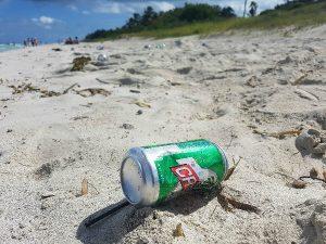 Varadero para mochileros: basura en las playas de Cuba
