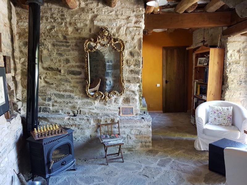alojamiento rural ecológico en el Pirineo Aragonés: sala común en O Chardinet d'a formiga