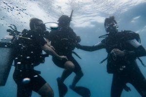 nuestro grupo de buceo: el Becario, el instructor y yo