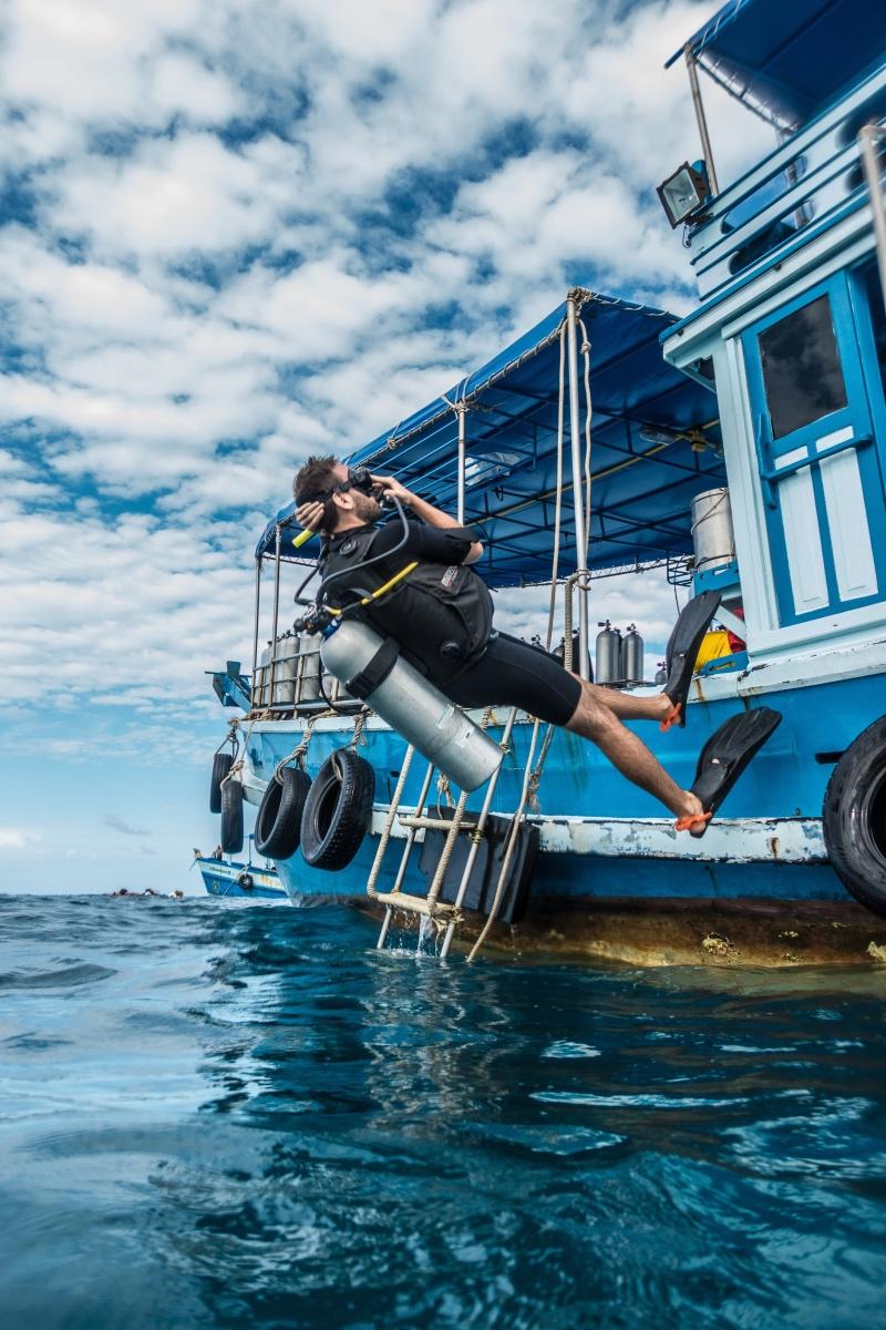 saltando hacia atrás desde el barco