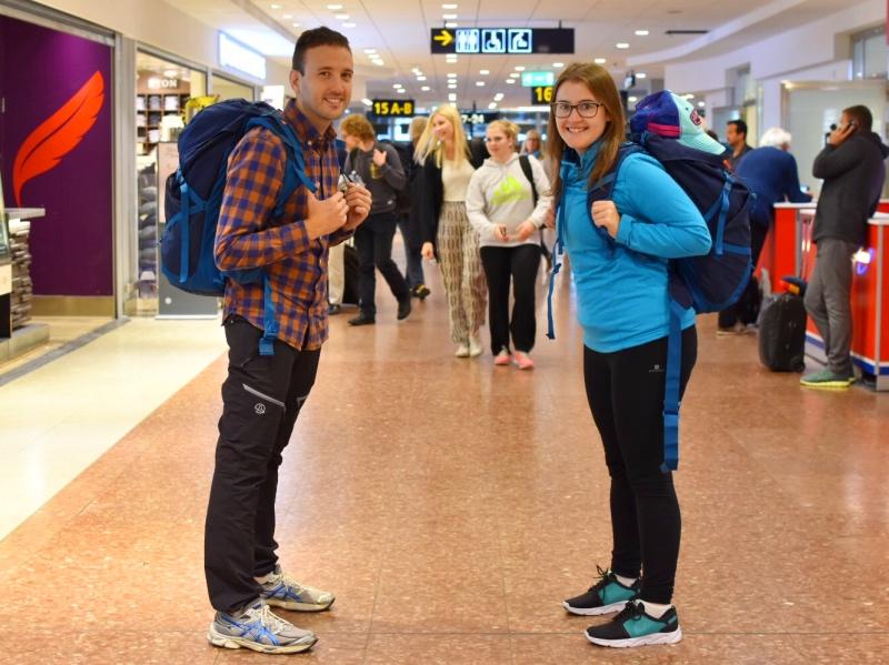 Cómo hacer la mochila para el sudeste asiático: Carla y Adrián con las mochilas en el aeropuerto antes de irse de viaje