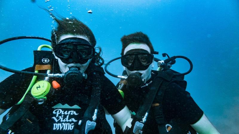 Adrián y Carla bajo el mar