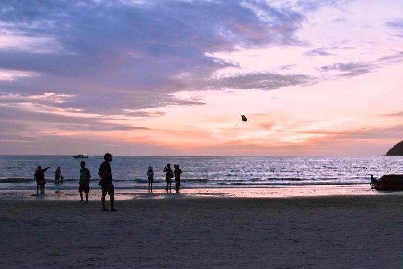 Qué hacer y qué ver en Langkawi: Atardecer rosado sobre el mar