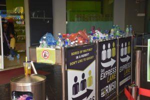 Teleférico de Langkawi: botellas de agua en la basura