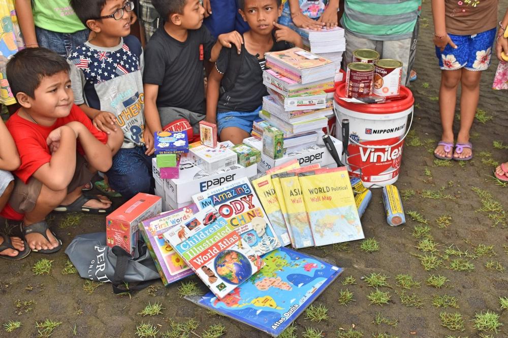 Entrega de material escolar a niños de Bali