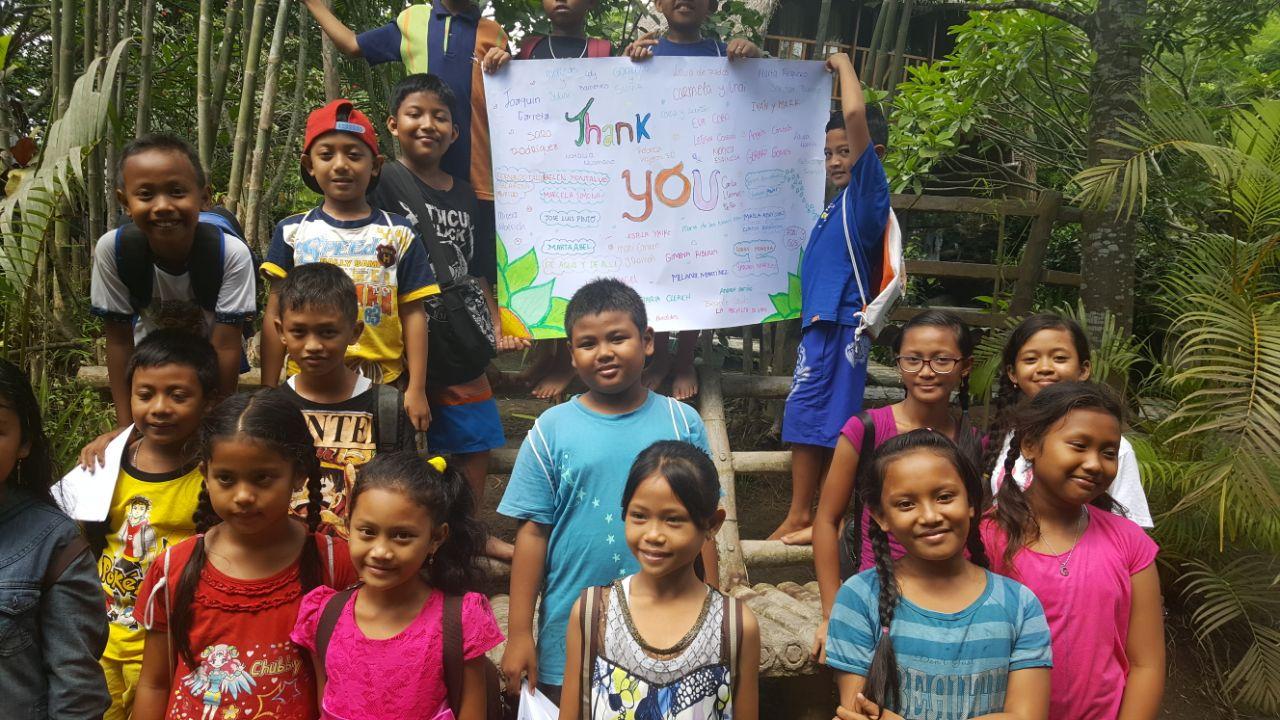 Los niños con su pancarta de agradecimiento