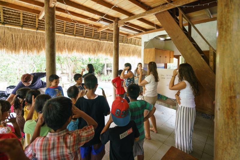 viajar y ayudar en Bali: bailando con niños