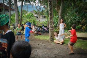 trip-drop en Bali: jugando con los niños