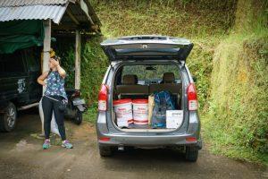 Trip-drop en bali: coche lleno de materiales