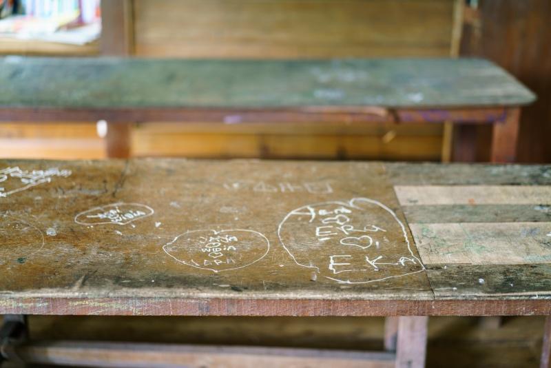 trip-drop en Bali: las mesas del aula