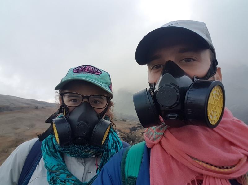 cómo llegar al volcán ijen por libre: es importante llevar máscaras antigás