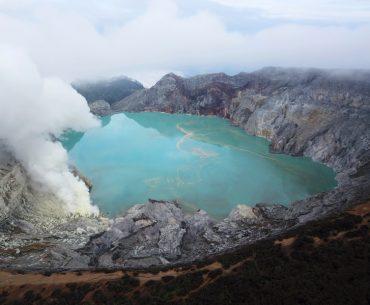 cómo llegar al volcán ijen por libre: el cráter del volcán