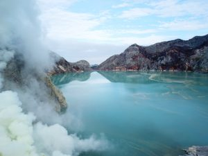 cómo llegar al volcán ijen por libre: el lago de color turquesa