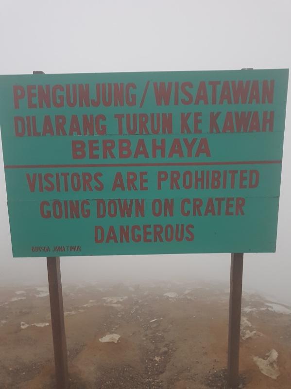 cómo llegar al volcán ijen por libre: bajar al cráter está prohibido