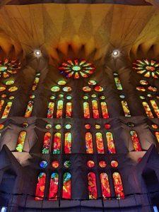 Consejos para visitar la Sagrada Familia: vidrieras en el interior