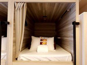 cama habitación hostel Japón