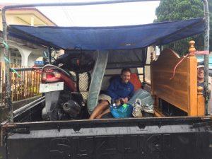 Trayecto Ruteng-Bajawa en la parte trasera de una pick up
