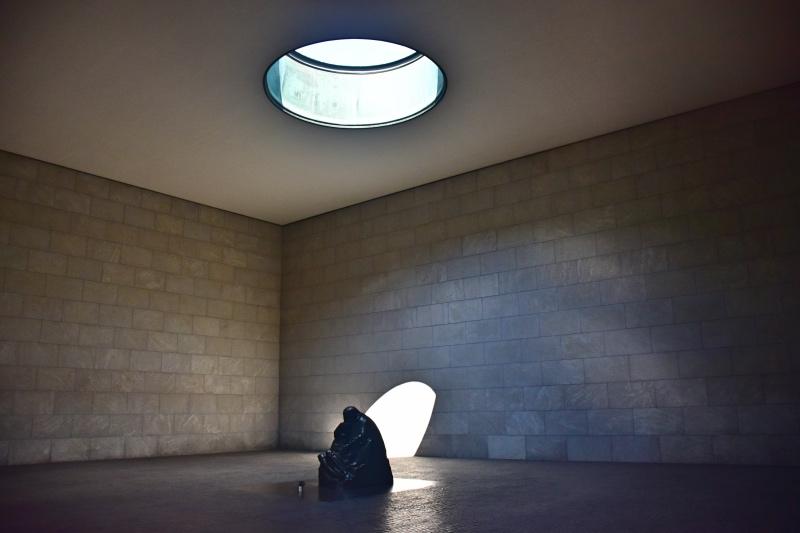 Cosas que hacer en Berlín: escultura de una madre sosteniendo a su hijo muerto en una sala vacía con un foco de luz natural