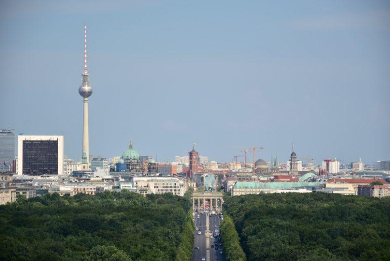 Cosas que hacer en Berlín: skyline de Berlín con la Torre de la televisión y la puerta de Brandemburgo