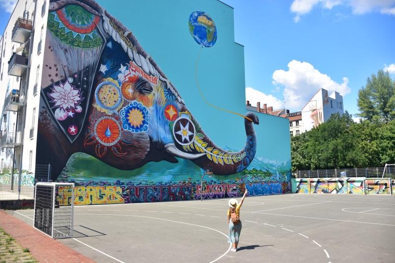 Cosas que hacer en Berlín: elefante multicolor que sostiene con la trompa un globo con la forma de la Tierra